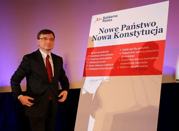 """Zbigniew Ziobro podczas konwencji Solidarnej Polski pod hasłem """"Nowe państwo, nowa konstytucja"""" w Krakowie, 30 czerwca 2013 r."""