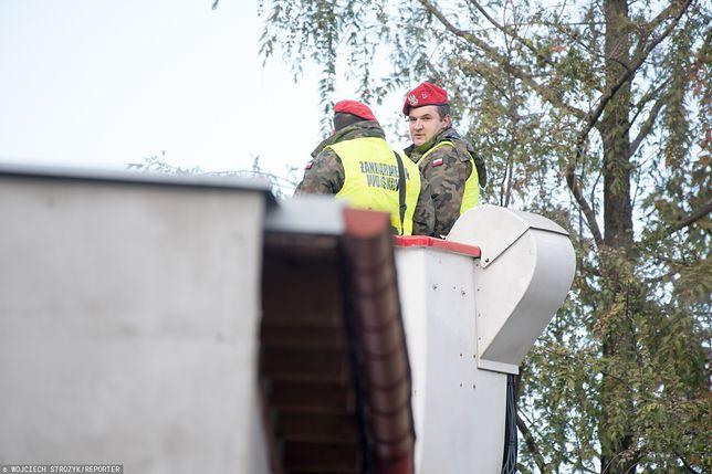 Żołnierze Żandarmerii Wojskowej na dachu posesji we Wrzeszczu