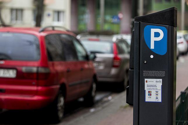 Abonament uprawniający do bezpłatnego parkowania można od środy załatwić przez internet