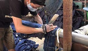 Tak powstają podarte jeansy