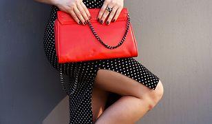 Czerwona torebka to idealny dodatek do biało-czarnych stylizacji