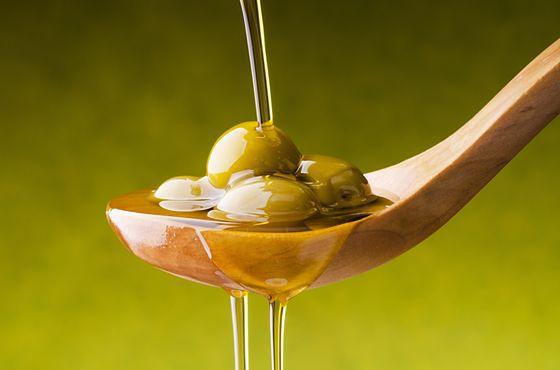 Łyżeczka oliwy z oliwek dostarcza ok. 88 kcal.