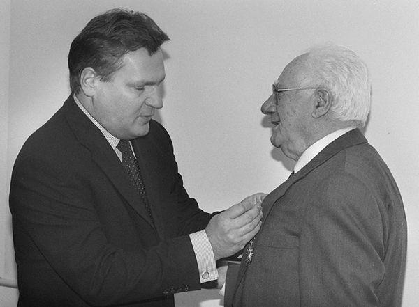 Israel Gutman w czasie wręczania mu przez prezydenta Aleksandra Kwaśniewskiego Krzyża Oficerskiego Orderu Zasługi RP w 1999 roku