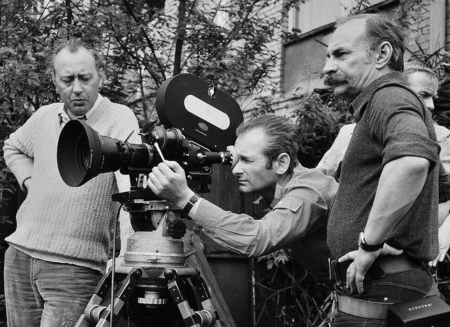 """Maciej Kijowski (pierwszy z prawej) na planie filmu """"Czerwone ciernie"""" w 1976 r."""