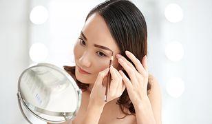 Makijaż brwi można wykonać kredką, cieniami lub żelem