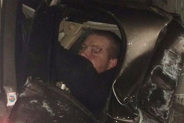 Cud na autostradzie w USA: mężczyzna został zmiażdżony przez dwie ciężarówki, nic mu się nie stało