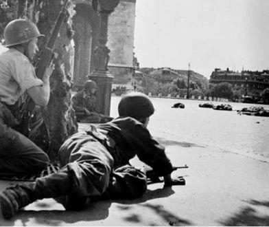 Żołnierze 2 Francuskiej Dywizji Pancernej pod Łukiem Triumfalnym podczas wyzwalania Paryża