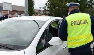 Samochodem osobowym podróżowało 10 osób, kierowca nie miał prawa jazdy, a samochód ważnego przeglądu