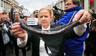 Irlandia: Masowy protest kobiet. Pokazują swoją bieliznę. Solidaryzują się ze zgwałconą nastolatką