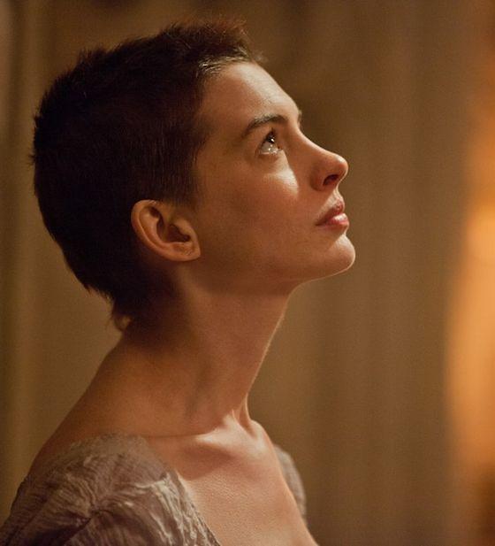 """Anne Hathaway w scenie z filmu """"Nędznicy"""""""