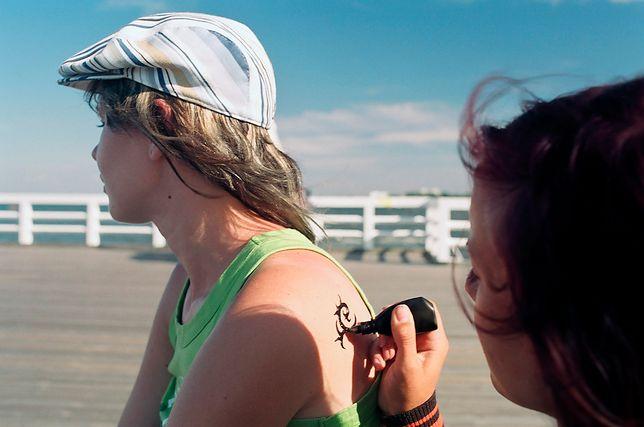 Wiele osób pozwala dzieciom tatuować się w wakacje