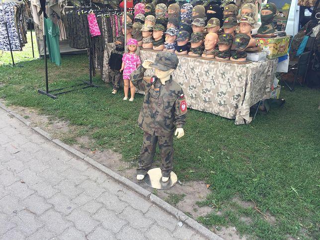 Wojskowe mundury dla dzieci podbijają rynek. Generał: skojarzenia z Koreą Płn.