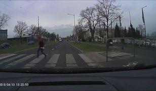 Zignorował samochód zatrzymujący się przed przejściem. Potrącił kobietę