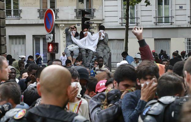 Francja: ewakuowano nielegalne obozowisko migrantów na północy Paryża. Użyto pałek i gazu łzawiącego