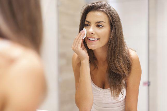 Szybkie i skuteczne oczyszczanie twarzy bez toniku – polecamy odpowiednie kosmetyki