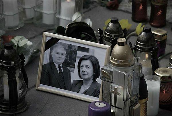 Zdjęcie Marii i Lecha Kaczyńskich wśród zniczy