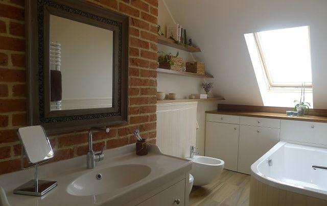 Czy w łazience ze skosem można znaleźć dobre miejsce na schowek?
