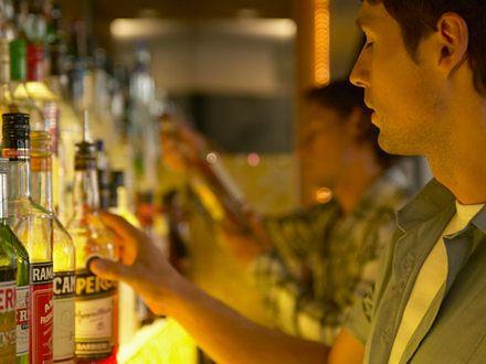 """Alkoholik """"na pół etatu"""" – jak rozpoznać, że to już uzależnienie?"""