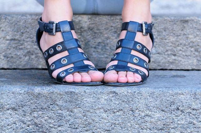 Czarne sandały rzymianki to wygodne i modne buty na lato