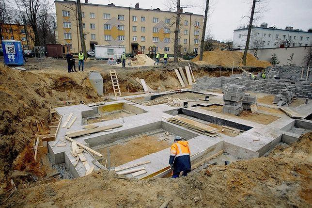 Częstochowa. Rozpoczęły się prace przy budowie bloku z mieszkaniami komunalnymi.