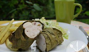 Pierś kurczaka pieczona w liściu chrzanu, fasolka szparagowa i mizeria