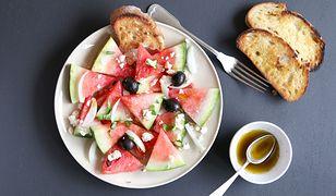 Sałatka arbuzowa z miętowym dressingiem i bagietką. Orzeźwiająca i ekspresowa