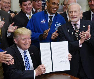 Buzz Aldrin na prawo od prezydenta Trumpa