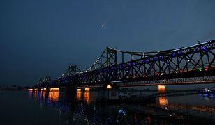 """Księżyc nad """"mostem przyjaźni"""" na granicy północnokoreańsko-chińskiej"""