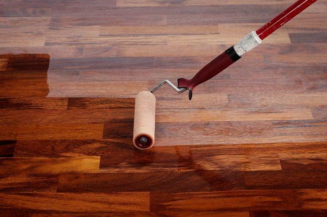 Drewniana podłoga do poprawki: renowacja parkietu