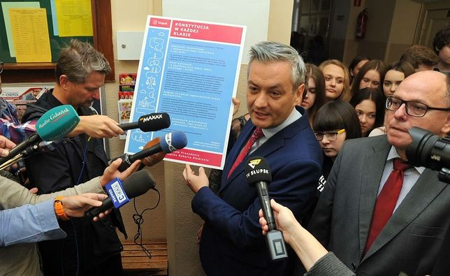 Prezydent Słupska podczas akcji edukacyjnej poświęconej Konstytucji RP.