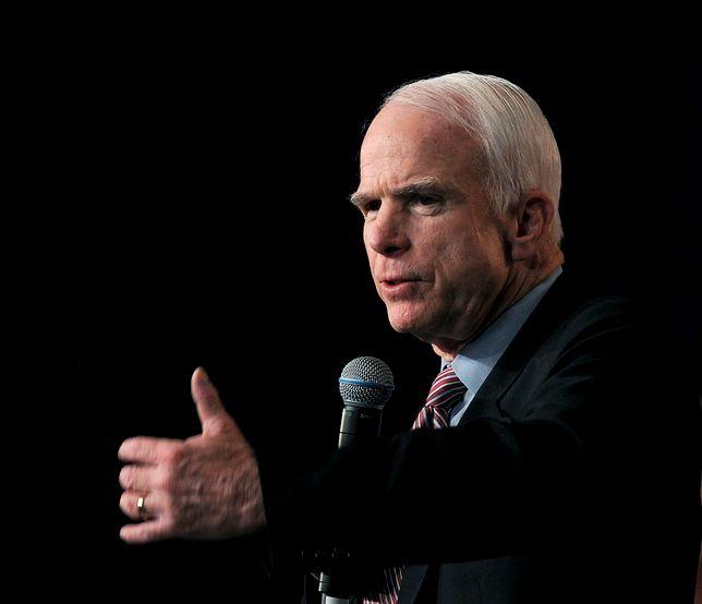 """John McCain """"żył życiem w służbie dla swojego kraju"""" - podkreśliła Hillary Clinton"""