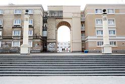 Kuriozum na Muranowie. Odnowili zabytkową bramę, ale tylko do połowy