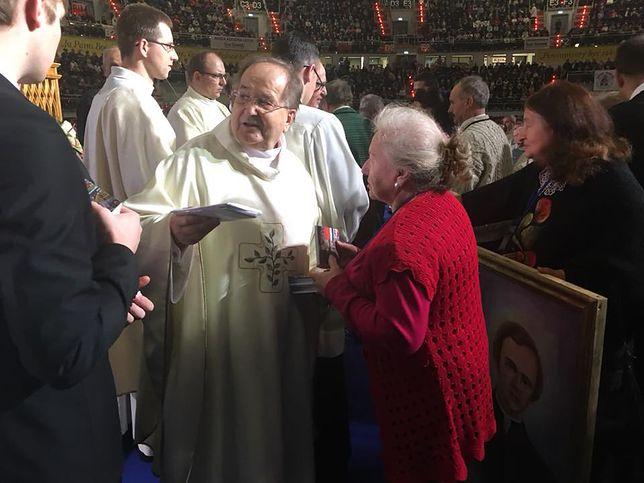 Ojciec Tadeusz Rydzyk przyjmuje dary od wiernych na 26. urodzinach Radia Maryja