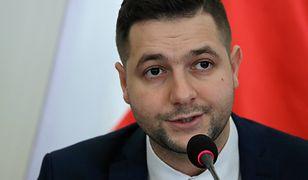 Przewodniczący komisji weryfikacyjnej Patryk Jaki podczas ogłoszenia wyroku ws. kamienicy przy Noakowskiego 16