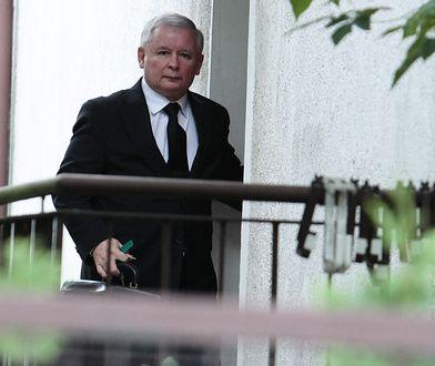 Jarosław Kaczyński przed domem na warszawskim Żoliborzu