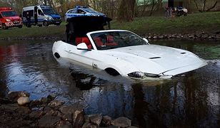 Auto wpadło do rzeki Dzierżęcinki