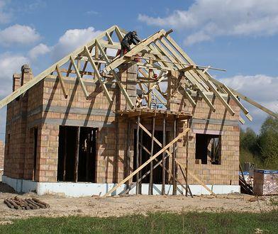Jak wygląda budowa dachu? Sprawdzamy kolejne kroki
