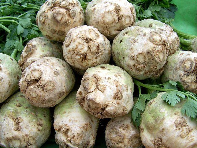 Seler korzeniowy w kuchni dodajemy głównie do zup i sałatek, ale możne z niego przyrządzać również koktajle, sok albo jeść na surowo. Przepisy z selerem