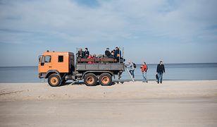 Na konferencję Jarosława Kaczyńskiego na Mierzei Wiślanej dziennikarzy przywieziono na ciężarówce i przyczepie ciągniętej przez traktor.