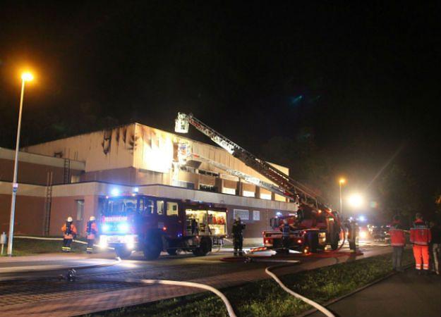Akcja strażaków podczas pożaru hali, w której mieli zostać zakwaterowani imigranci