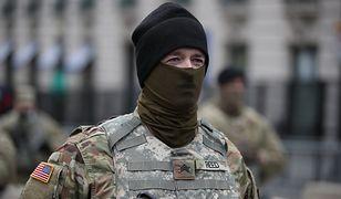 """Oszustwo na """"amerykańskiego żołnierza"""". Rozkochuje samotne kobiety. Apel policji"""