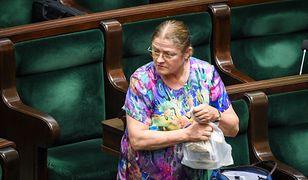 Krystyna Pawłowicz często ma na sobie wielobarwne stroje