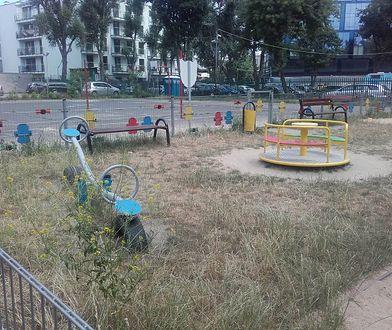 Zarośnięty plac zabaw na Grochowie