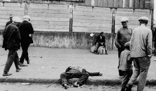 """Ciało jednej z ofiar głodu w Charkowie w 1933 r. Fotografia opublikowana w książce """"Czy Rosja musi głodować?"""" Wilhelma Braumüllera z 1935 r."""