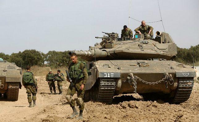 Izraelscy żołnierze strzegący granicy między Izraelem a Strefą Gazy