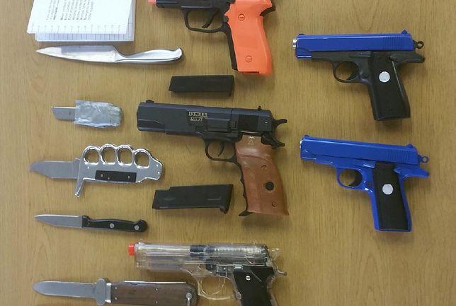 Nożownicy z liceum. Brytyjska policja pokazała broń odebraną uczniom