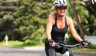 Goldie Hawn jest aktywną babcią. Zabrała wnuka na rower