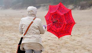 Na wybrzeżu porywy wiatru sięgną 100 km/h.
