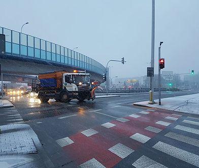 W niektórych województwach nadal odczuwalne są skutki piątkowych opadów śniegu