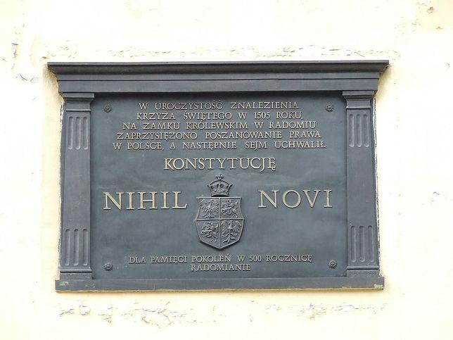Tablica upamiętniająca uchwalenie konstytucji Nihil novi